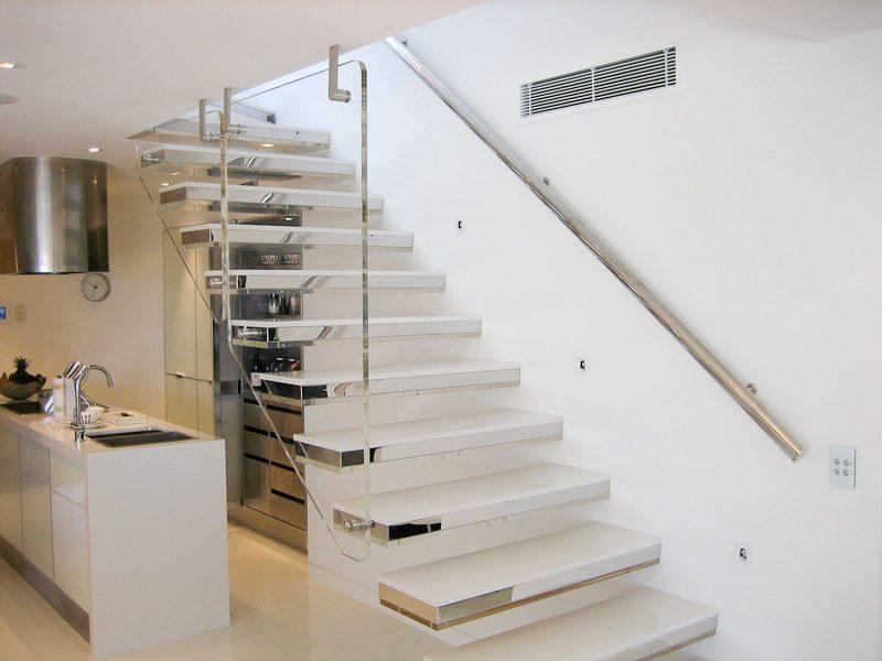 Escaleras modernas minimalistas im genes y fotos for Escaleras modernas para espacios pequenos