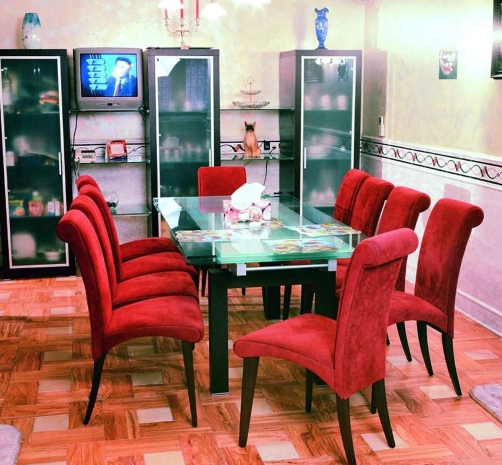Mesas y sillas de salón rojas :: Imágenes y fotos
